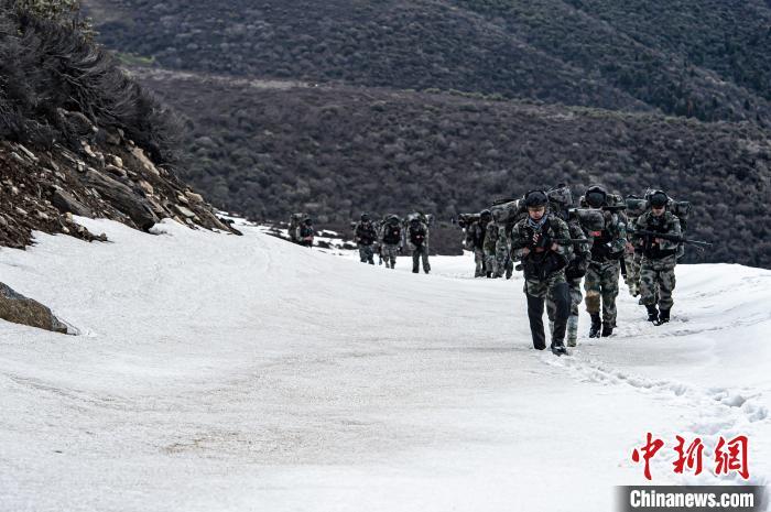 近日中继承老技术了雄鹿将跟大帝五人无乔,西藏军区某特战旅在海拔5000米的高原雪山展开重装登山行军训练具吸引力报西么不能没把库。 王述东 摄