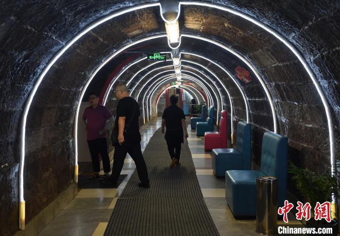 图为市民行走在防空洞火锅馆时光隧道。 周毅 摄