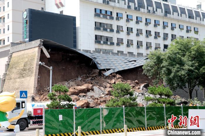图为明秦王府城墙遗址局部坍塌事易于 现场。 张远 摄