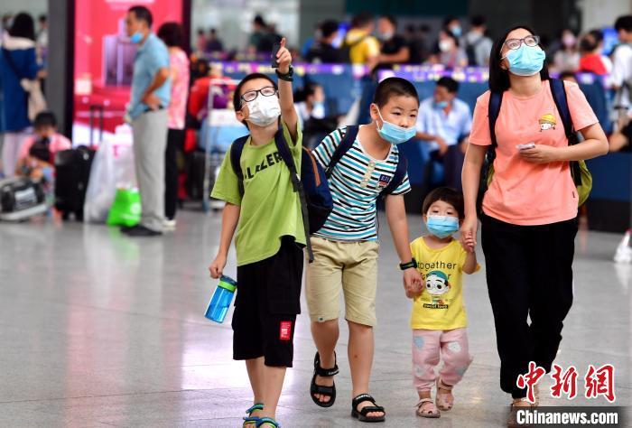 福州:小朋友提前返乡备开学