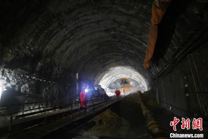 """赣深高铁""""第一长隧""""龙南隧道全隧贯通(图)"""