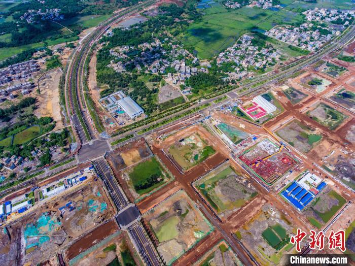 图为8月18日航拍海口江东新区路网建设现场。 骆云飞 摄