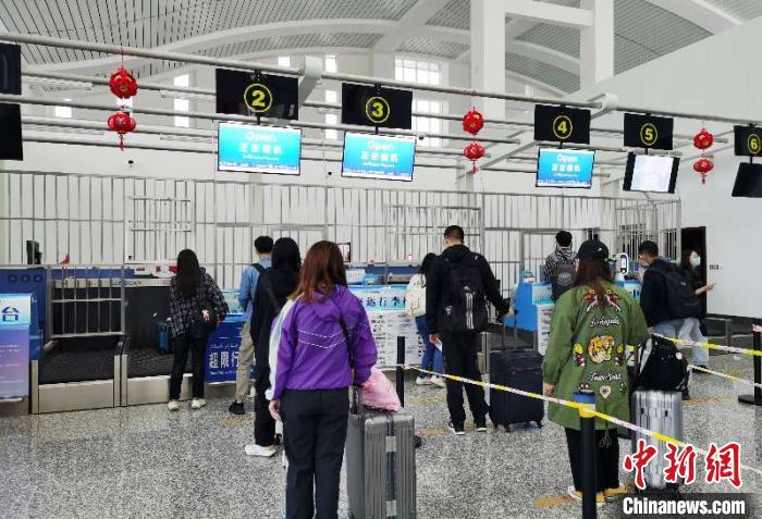 2000余名新疆学子陆续乘坐南航包机返校