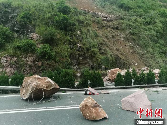 落在高速公路上山体岩石。 高速交警提供 摄