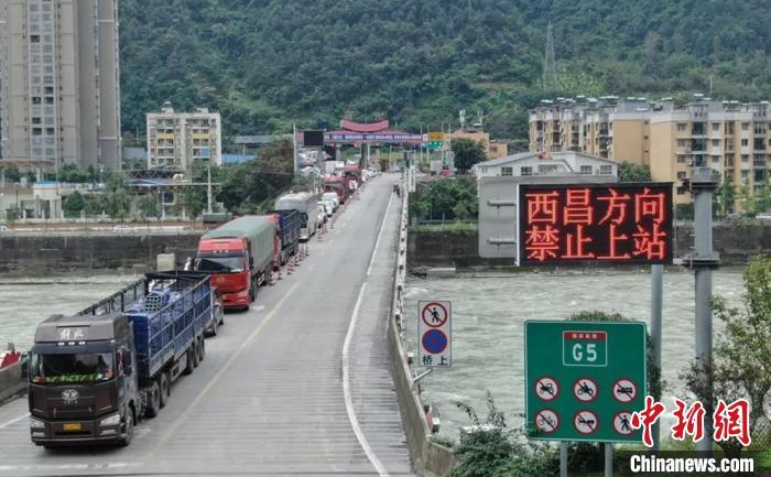 石棉高速路口有序分流。石棉融媒 供图