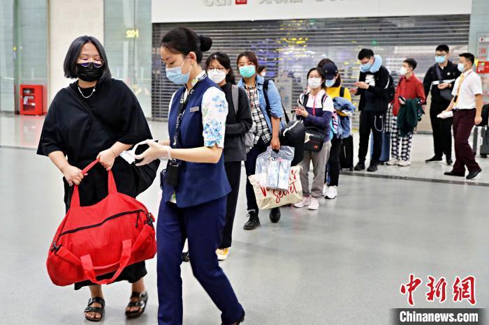 图为留学生正在重庆江北国际机场排队过安检。重庆机场集团供图