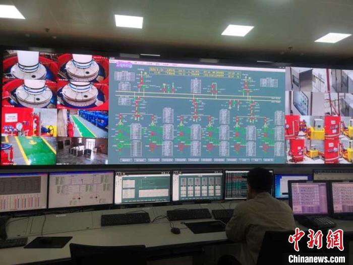 图为中控室监控机组运行情况 石洪宇 摄
