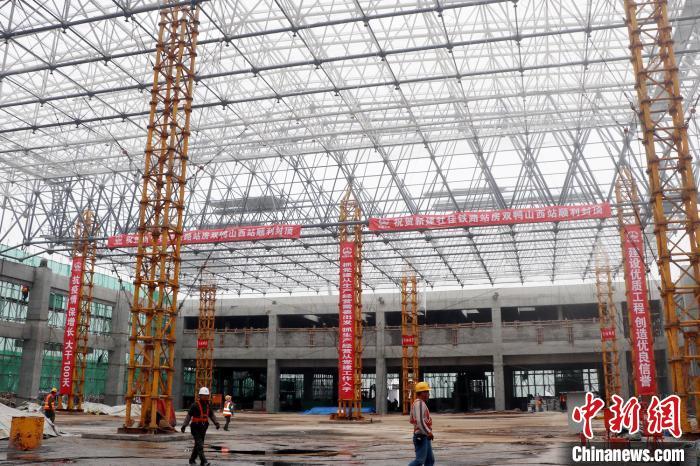 牡佳高铁首座钢结构屋面站房主体结构完工 哈铁供图 摄