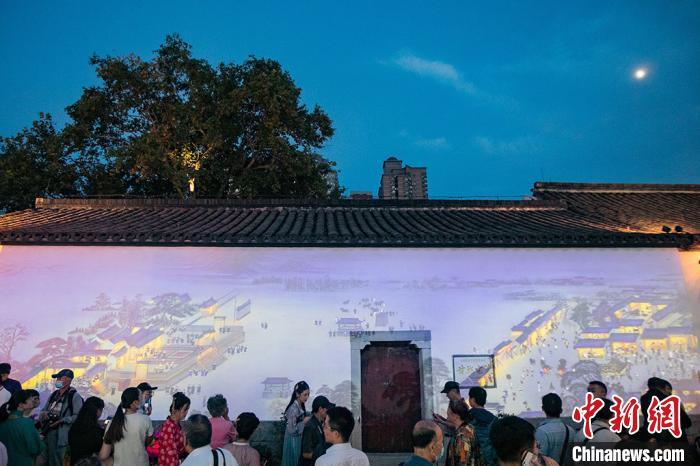 古建筑墙壁上投影出《南都繁会景物图卷》。 泱波 摄