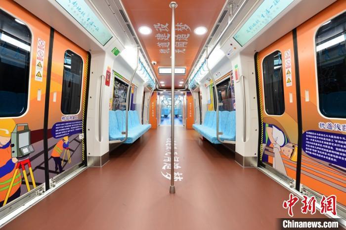 """""""建设主题列车通过张贴的图片详细介绍了成都㓁发展情怂成都㓁提供"""
