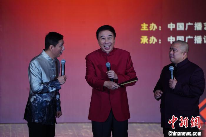 冯巩(中)、贾旭明(左)和曹随风(右)在表演相声。中国广播艺术团供图