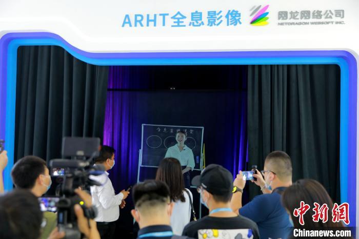 """<b>网龙将身在我国·福建省VR体验店的朱鲜丽老师""""请""""来到展览会</b>"""