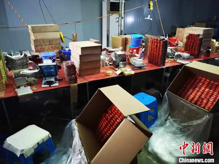 华宇娱乐指定注册网址:重庆警方破获特大制售假烟团伙案