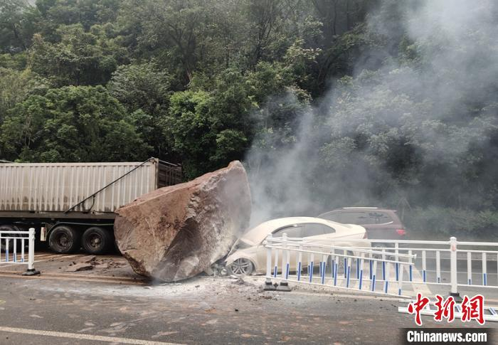 事发现场的落石和受损的轿车。宜宾消防供图
