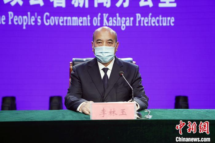 图为新疆喀什地区卫建委党组书记李林玉在喀什通过网络参加新闻发布会通报疫情防控情况。新疆新闻办供图