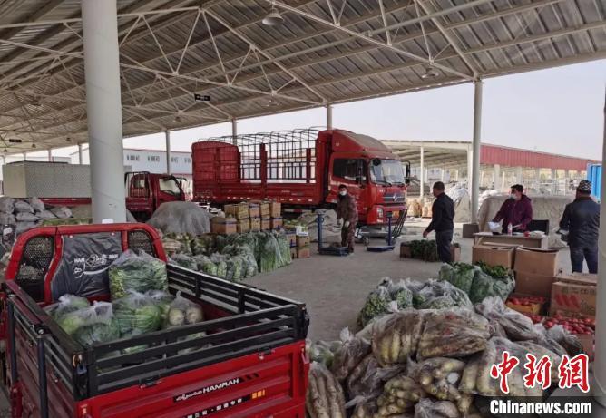 喀什地区泽普县蔬菜批发市场内物资供应充足。 钟欣 摄