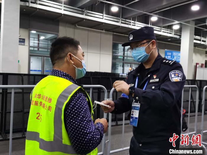 """""""两道防线"""",将安保措施与疫情防控相结合。上海警方供图"""