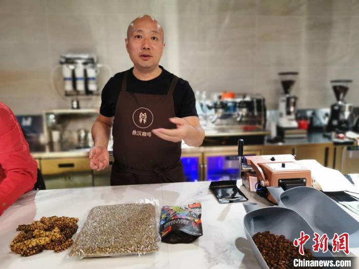 梁立伟向记者介绍麝香猫猫屎咖啡。 陈静 摄