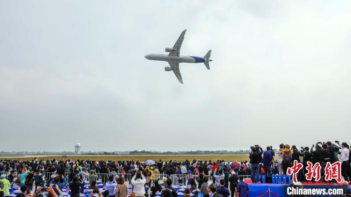 中国商飞C919大型客机在2020年南昌飞行大会上飞行表演。(中国商飞 供图) 陈肖 摄