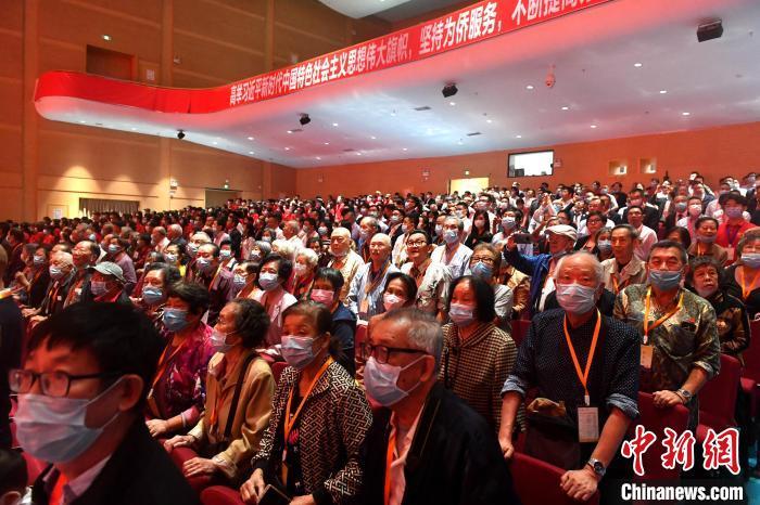 众多校友返校参加华侨大学建校60周年纪念大会。 吕明 摄