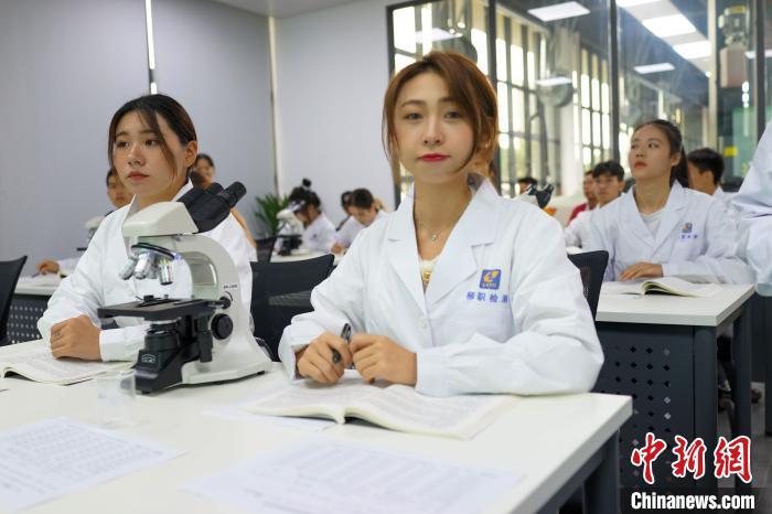 华宇平台在线开户线路:探访柳州螺蛳粉辅修班 第一堂课就