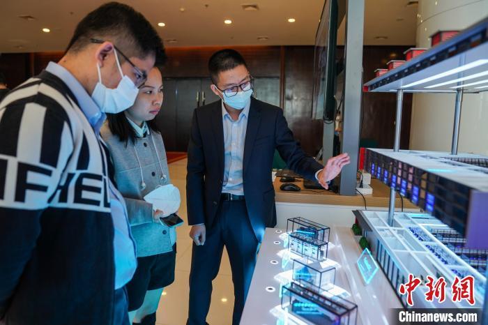 图为与会人员在展厅参观新基建成果展。 陈冠言 摄