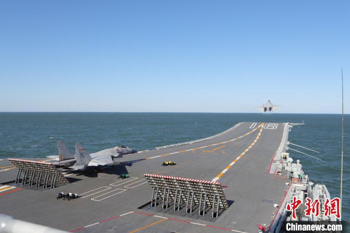 海军首批生长模式培养的舰载战斗机飞行员成功完成航母资质认证