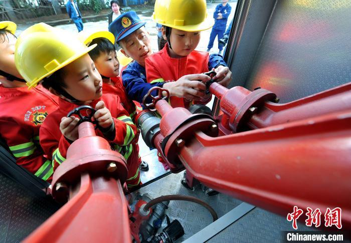 江西省德兴市铜矿中区幼儿园大班的小朋友来到当地企业消防队,学习认知消防知识。 卓忠伟 摄