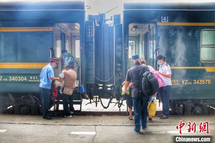 """沈阳局企业集团全方位升级提升公益""""慢火车""""及沿岸地铁站机器设"""