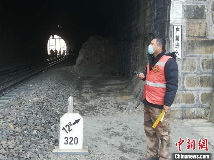 绥芬河市边境线2号隧道内腔及拱顶渗水、岩石风化掉下来病害治理