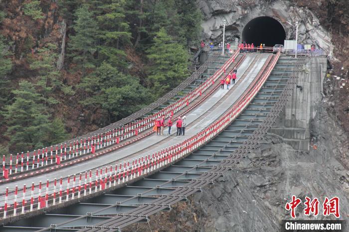 图为施工用的狮子坪索道桥。四川交投集团供图