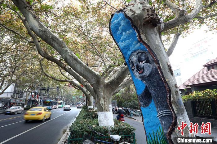 """树上的""""卡通动物""""很是醒目。 泱波 摄"""