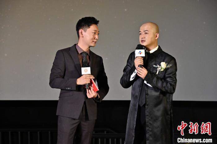 包贝尔(右)作为评审委员代表现场勉励青年导演 刘小艳供图 摄