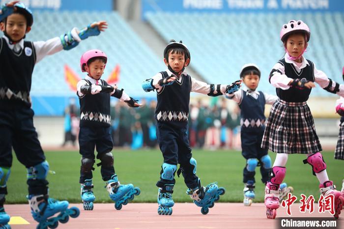 伴随着动感的音乐,孩子们表演轮滑舞蹈。 泱波 摄
