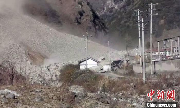 四川九龙县境内发生高位山体滑坡 撤离及时无人员伤亡