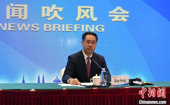 中國商務部新聞發言人高峰在吹風會上介紹有關情況。 蔣雪林 攝