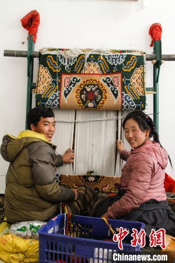 图为1月15日,在日喀则市谢玛氆氇农村合作社,拉孜村一对夫妇在编织卡垫(资料图)。 赵朗 摄