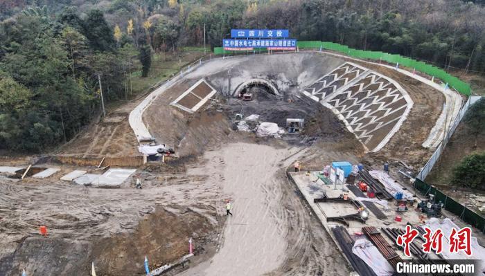 """""""都四""""项目施家山隧道进口处施工建设现场。四川交投集团提供"""