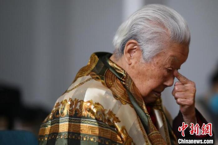 """""""我总是告诉孩子们,杀害了我们成千上万同胞的是侵华日军,不是日本这些善良的人。只要不打仗,两国的老百姓就有好日子过,所以一定要珍惜和平啊。""""老人反复强调。 泱波 摄"""