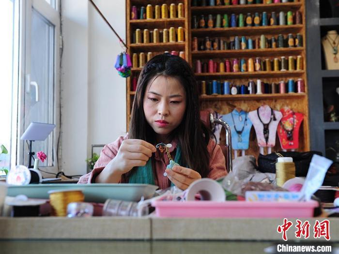 徐晓雪正在制作中国结 刘栋 摄