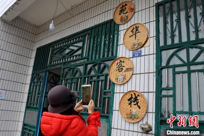 Ů客在黄家湾移小区民宿门口拍照。 李重庆 摄