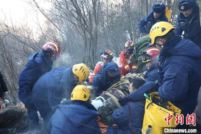 图为消防救援人员救援装备梯次轮换着将伤员转运至山下。青海省消防救援总队供图