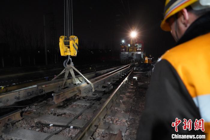 图为京广线鹤壁站10号道岔轨道更换现场。 阚力 摄
