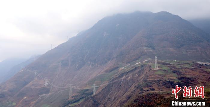 已贯通的雅中-江西±800千伏特高压直流输电线路工程四川段。 杨林 摄