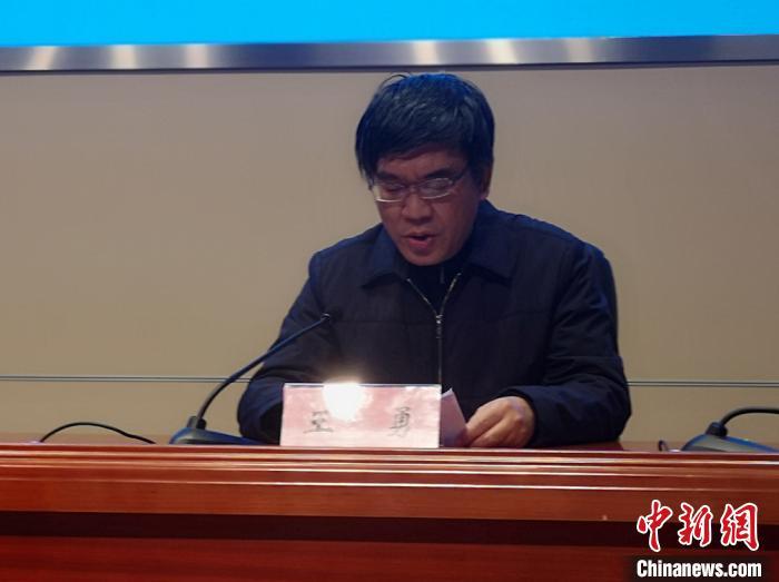 无锡经开区党工委委员、党群工作部部长王勇介绍了目前疫情防控应急处置工作的有关情况。 孙权 摄