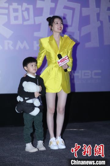 李沁亮相《温暖的抱抱》上海路演活动。 徐银 摄