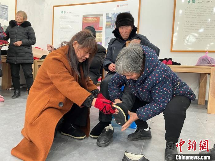 """浙江浦江""""棉鞋阿姨""""连续6年为老人缝制新年礼"""