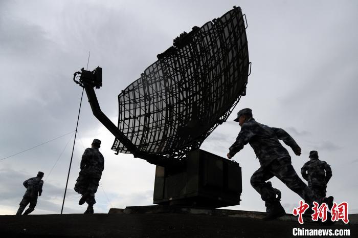 """一次演练中,雷达天线突发""""故障"""",抢修小分队迅速出动,跑向雷达天线阵地进行抢修。 范以书 摄"""