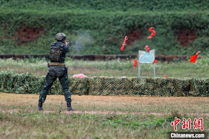 参训官兵进行手枪极限运动射击时命中目标。 雷辙 摄