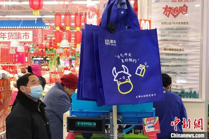 """上海""""限塑令""""实施一周 大小超市落实不一"""